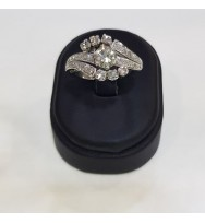 Anillo de oro blanco con diamante central de 0.70 cte